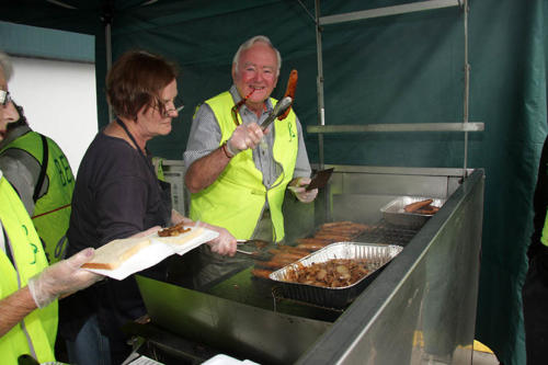 sausage-sizzle-at-bunnings-1-april-09